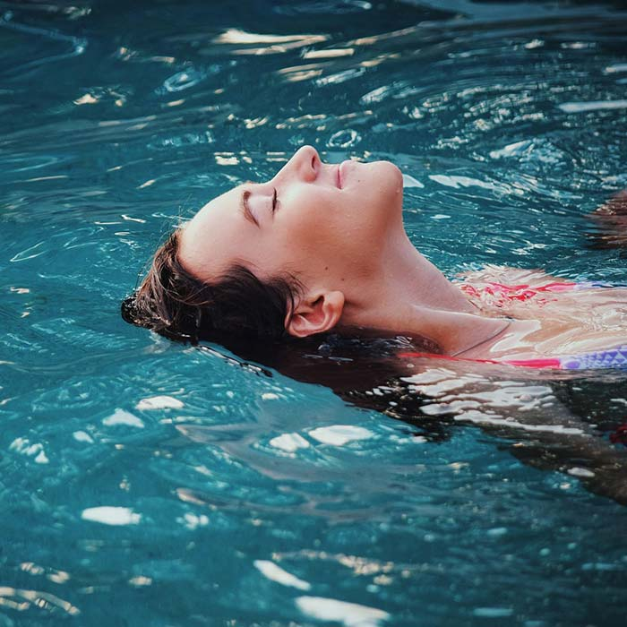 Women on her back swimming